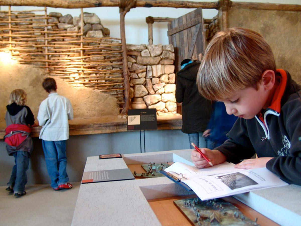 Enfant concentré au Musée, site archéologique de Vieux-la-Romaine