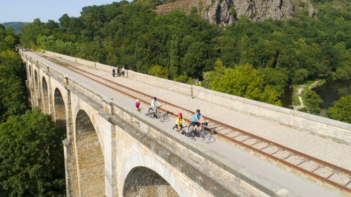 Balade à vélo en famille sur le viaduc de Clécy, en Suisse normande