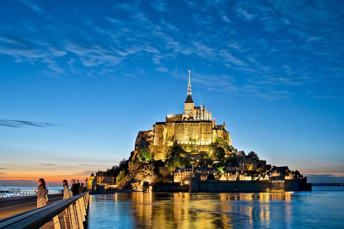 Le Mont-Saint-Michel à la tombée de la nuit