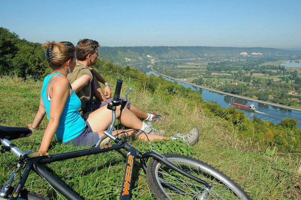 Couple à vélo à Barneville