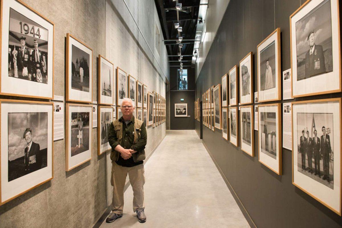 Ian Patrick devant ses portraits de vétérans