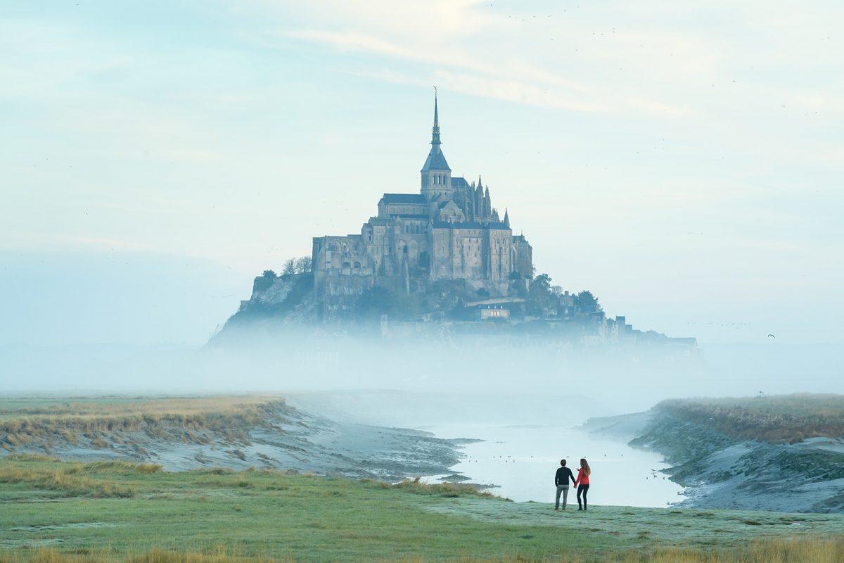 Couple face au Mont-Saint-Michel