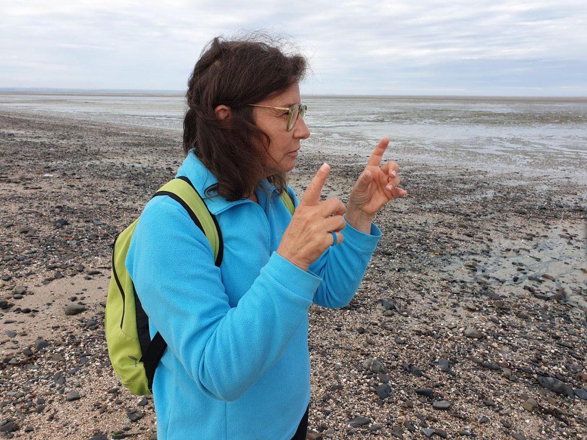 Myriam et son cours de marche redynamisante en baie du Mont-Saint-Michel