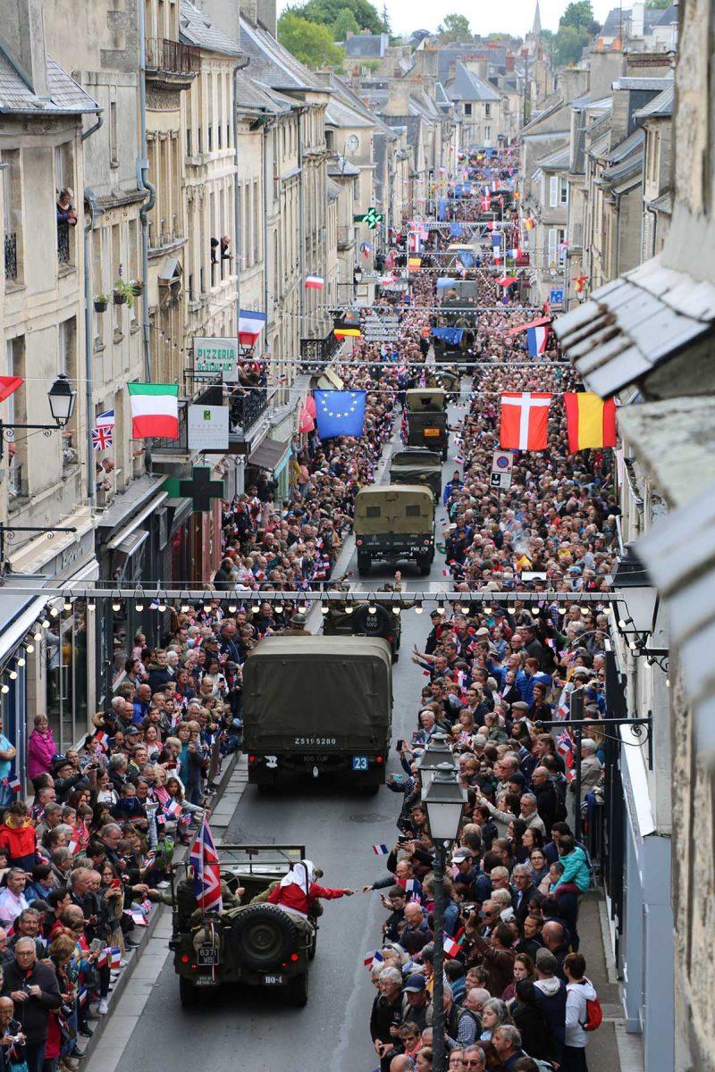 Parade de véhicules militaires dans Bayeux - D-Day