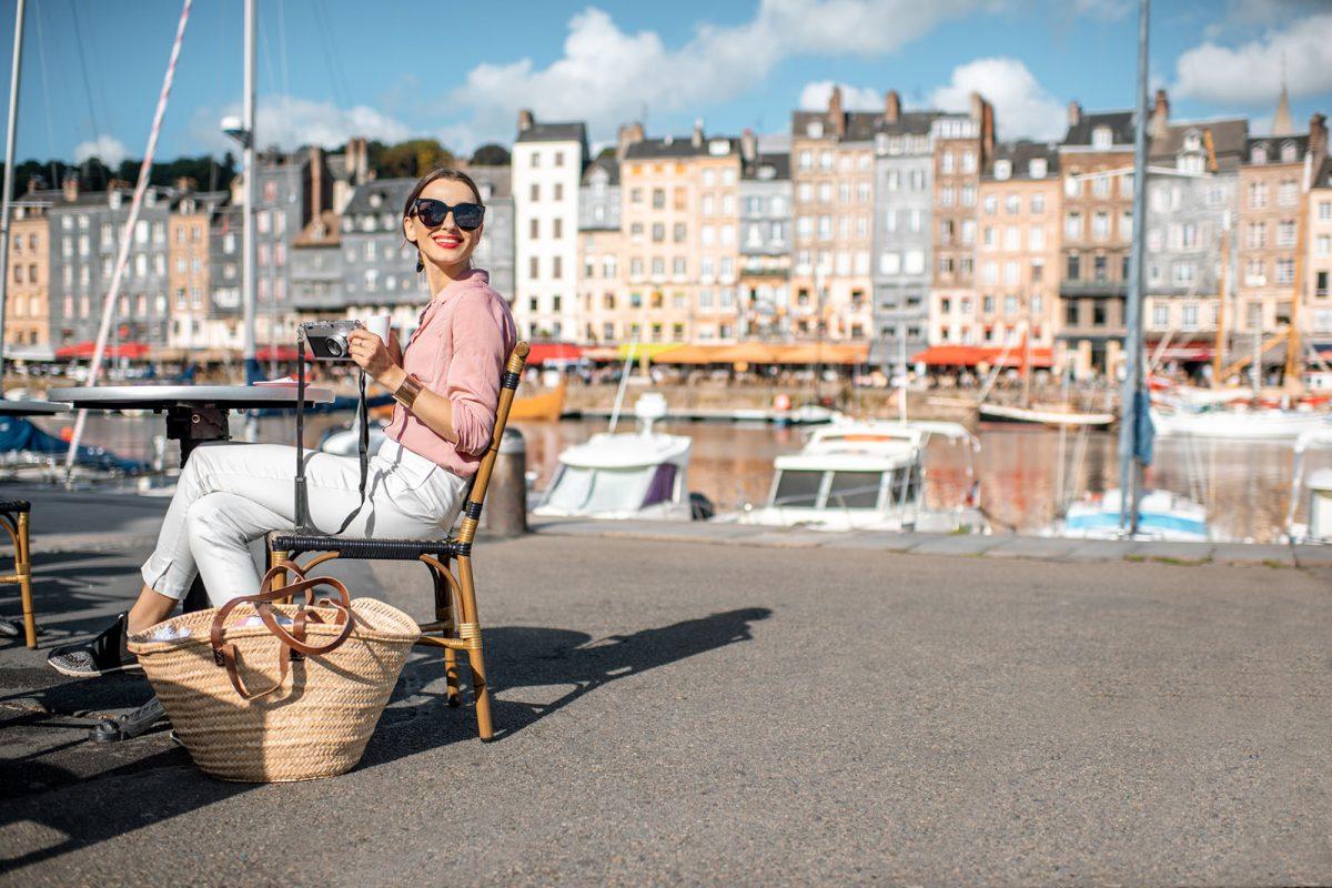 Femme au café sur le port d'Honfleur