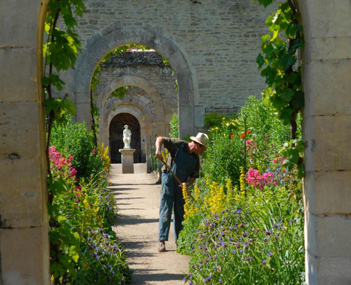 Jardinier à l'oeuvre dans les jardins du Château de Canon
