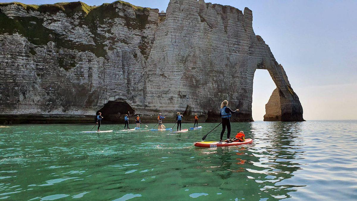 Passer sous les arches d'Etretat en paddle