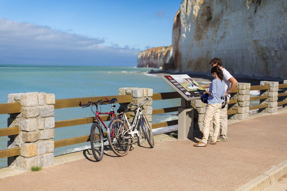 Couple à vélo devant la côte d'Albâtre