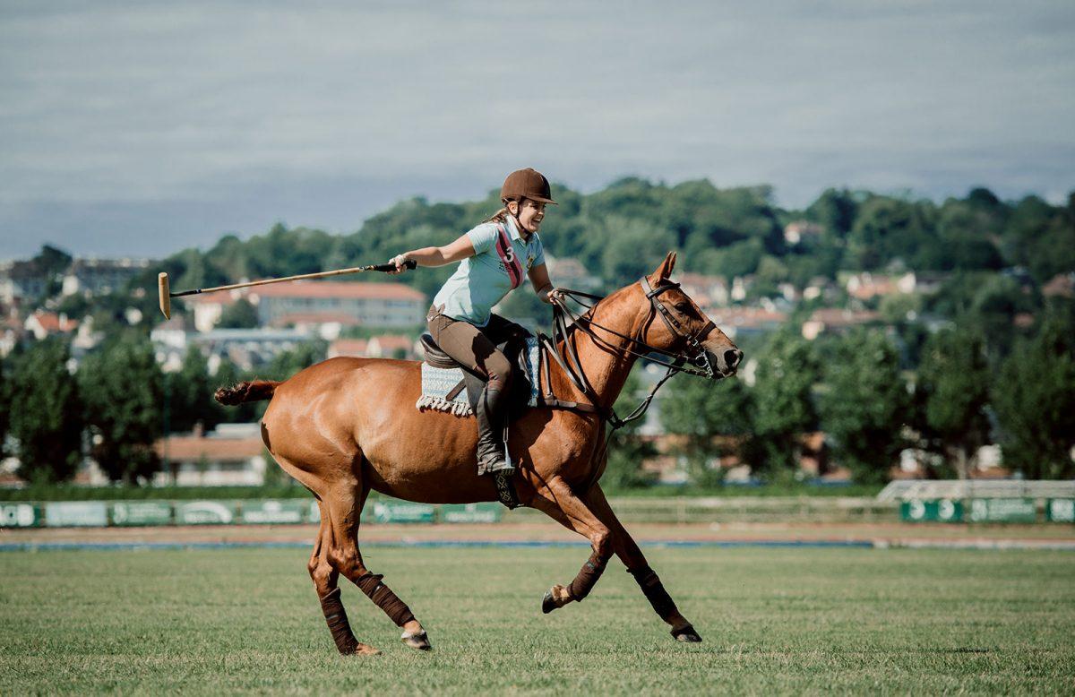 Cheval et joueuse de polo à Deauville - expérience