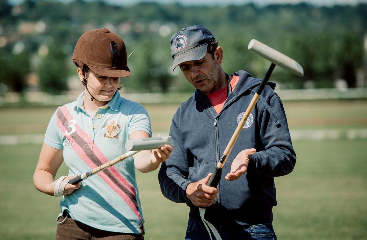 Gros plan sur une débutante en polo et son entraîneur - expérience