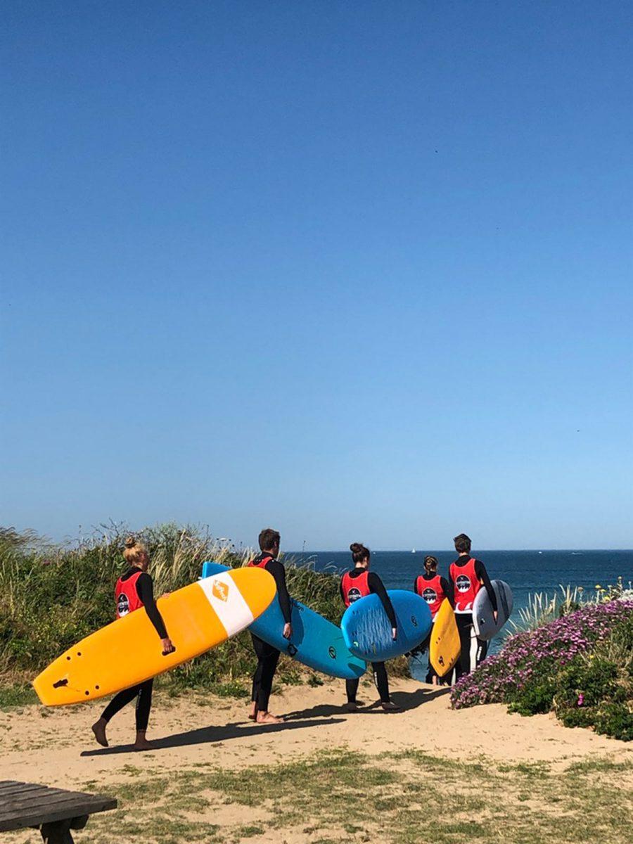 Surfeurs avec leur planche