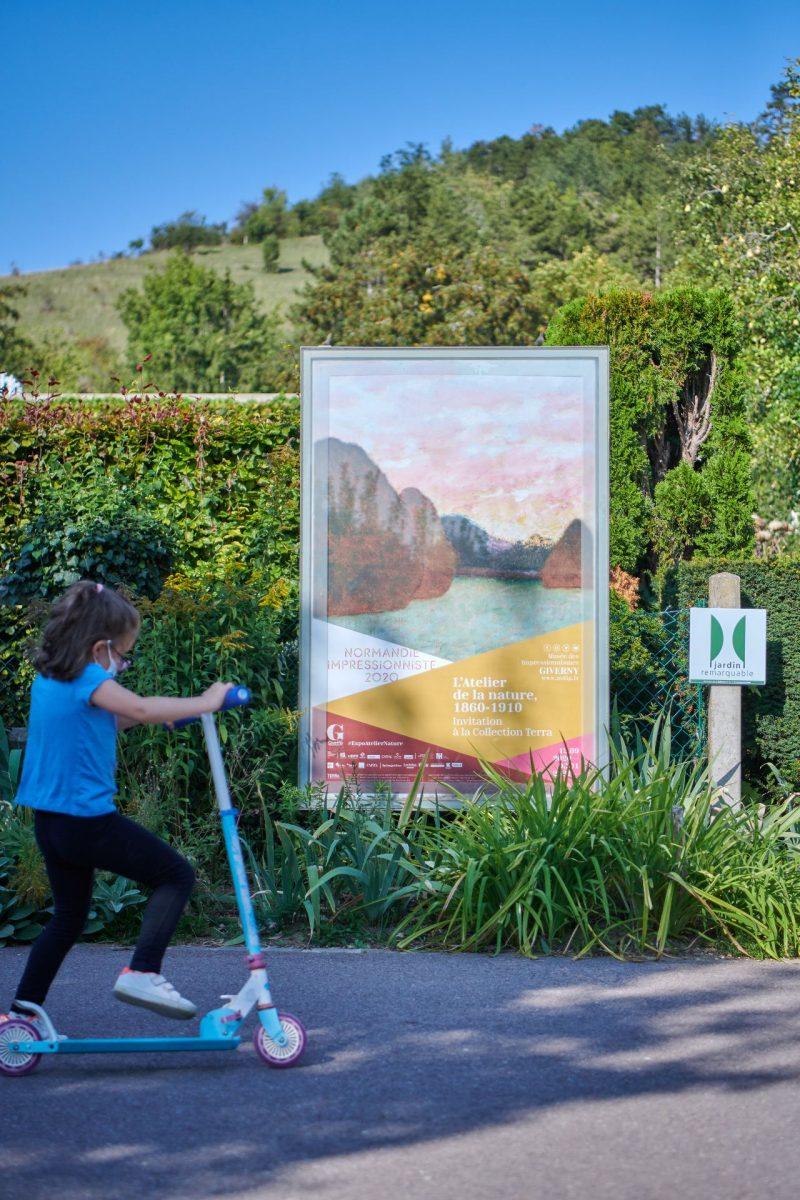 Enfant devant le Musée des Impressionismes Giverny
