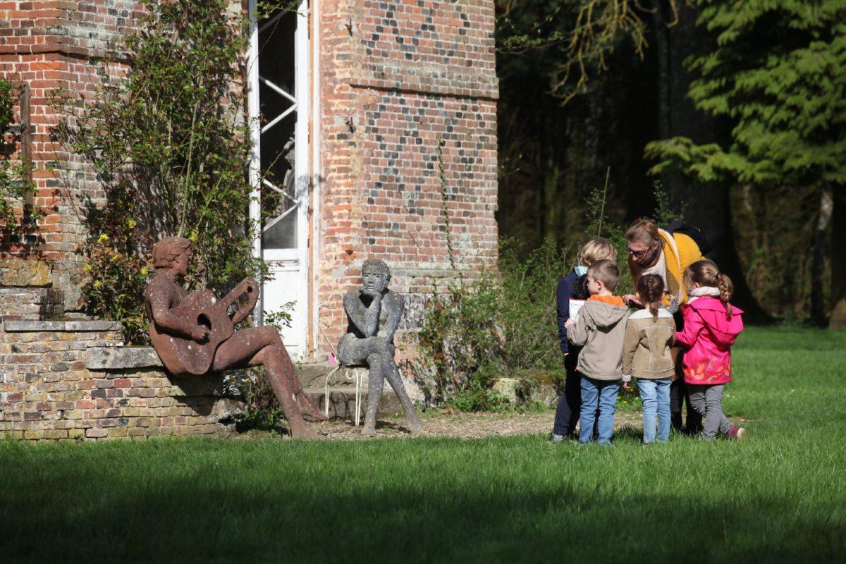 Enfants au jardin des Sculptures à Bois-Guilbert
