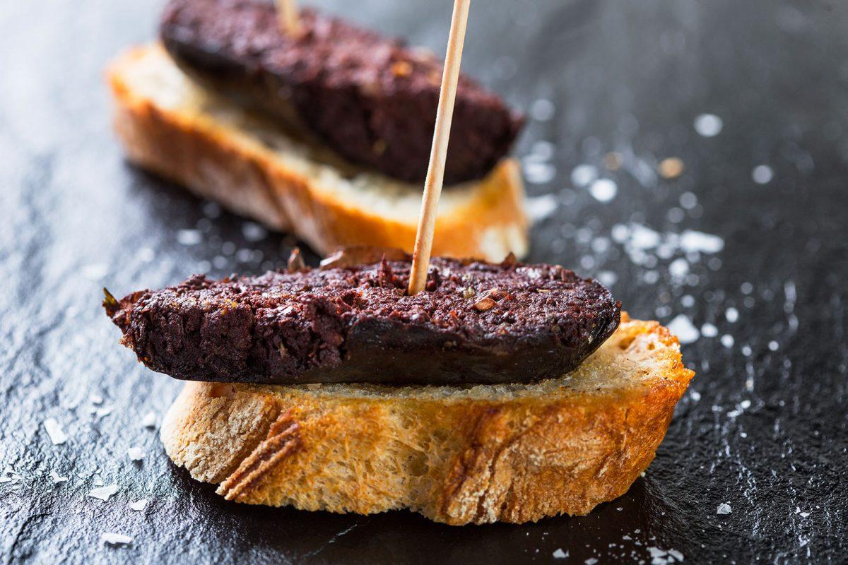 Boudin noir sur tranche de pain
