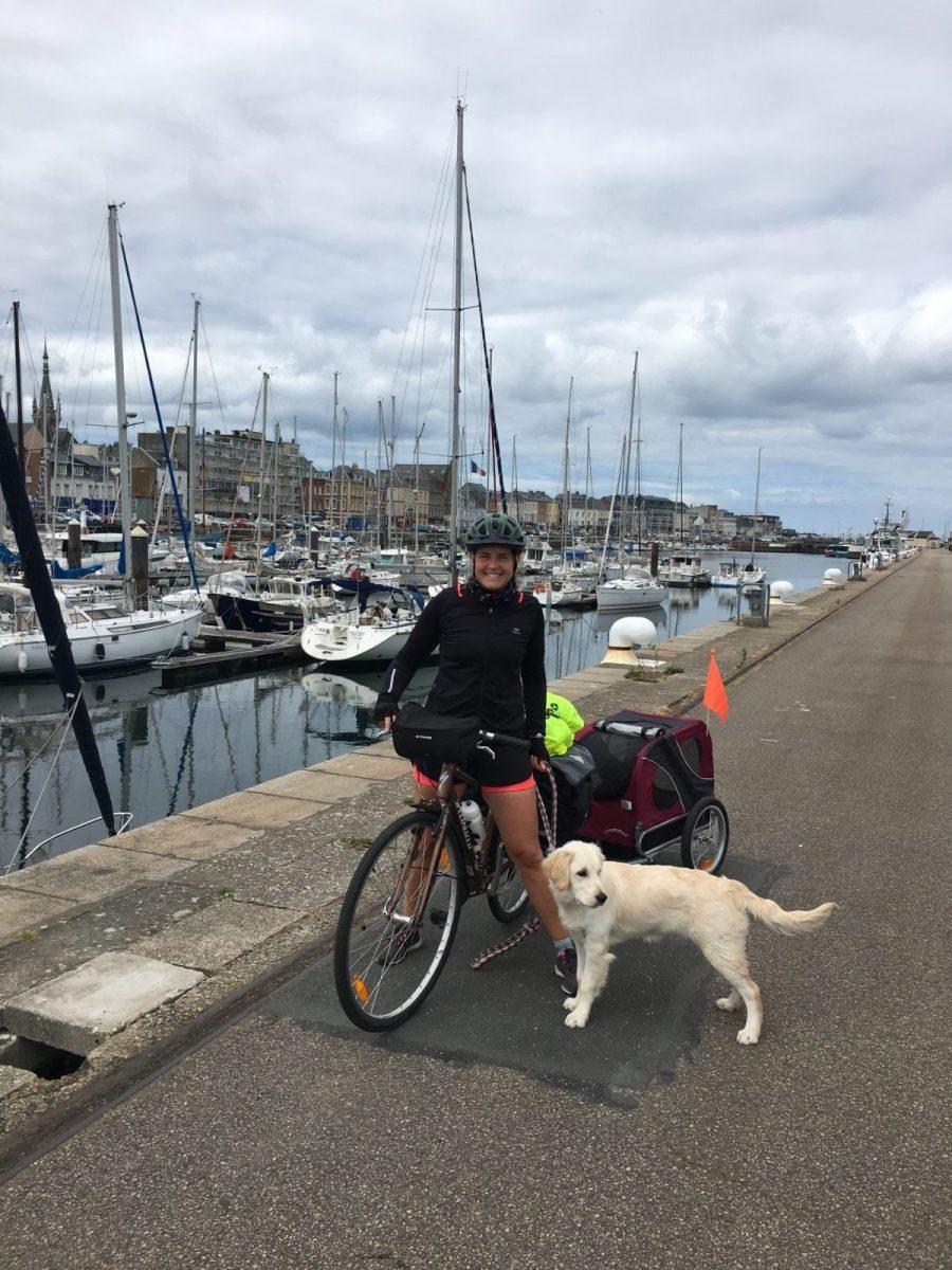 Éloïse et sa chienne Roxy à la fin de la Véloroute du Lin à Fécamp