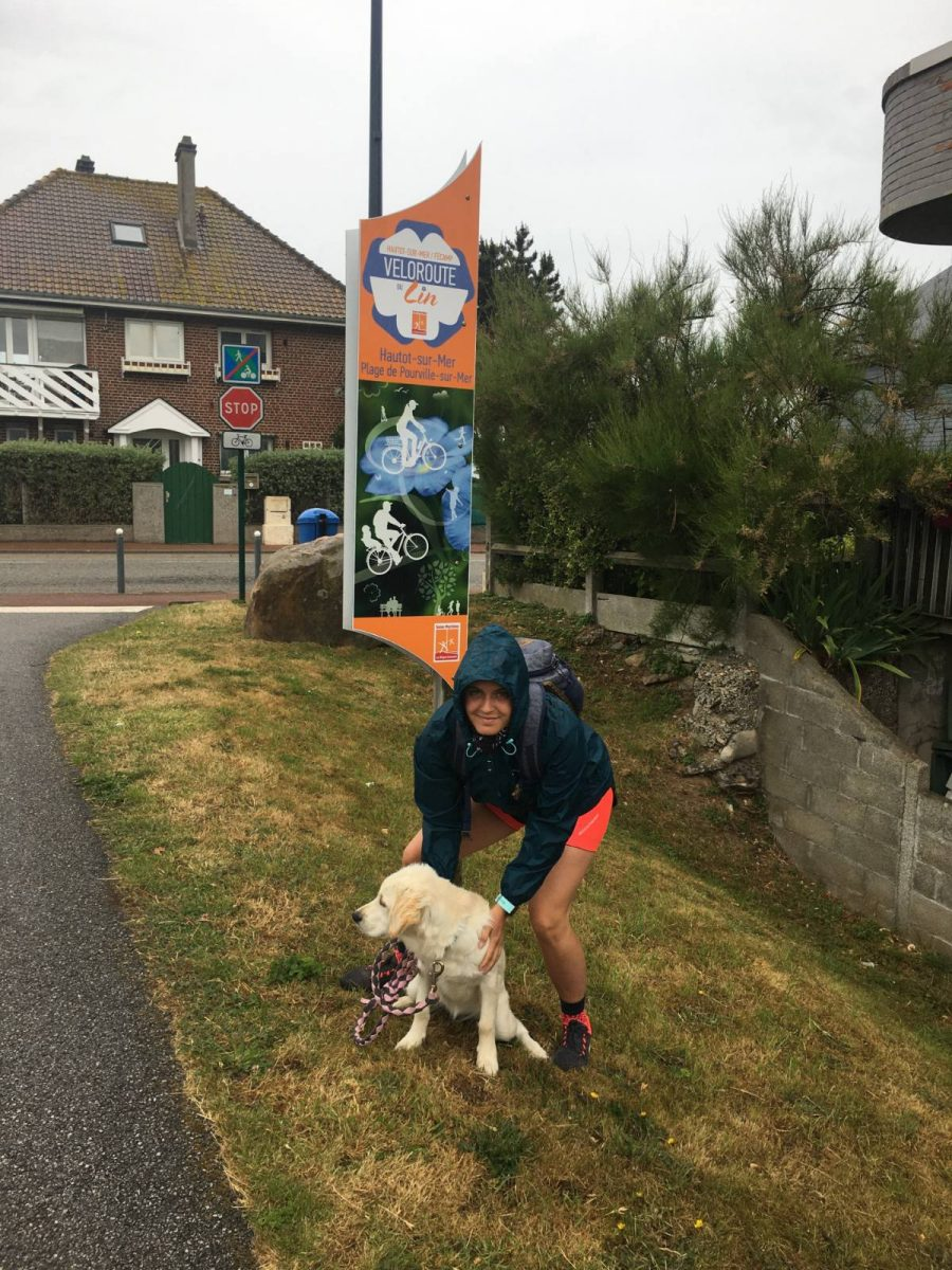 Éloïse et sa chienne Roxy au départ de la Véloroute du Lin