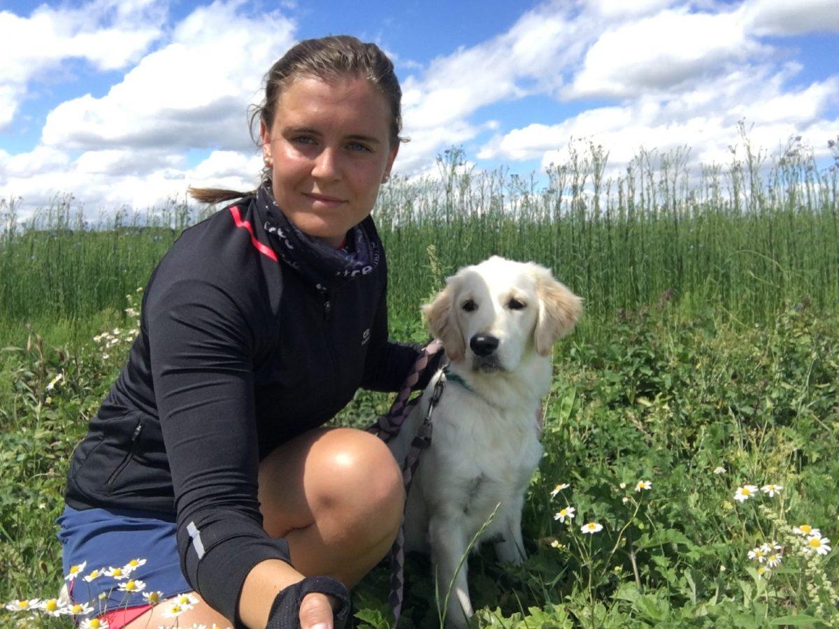 Éloïse et sa chienne Roxy sur la Véloroute du Lin