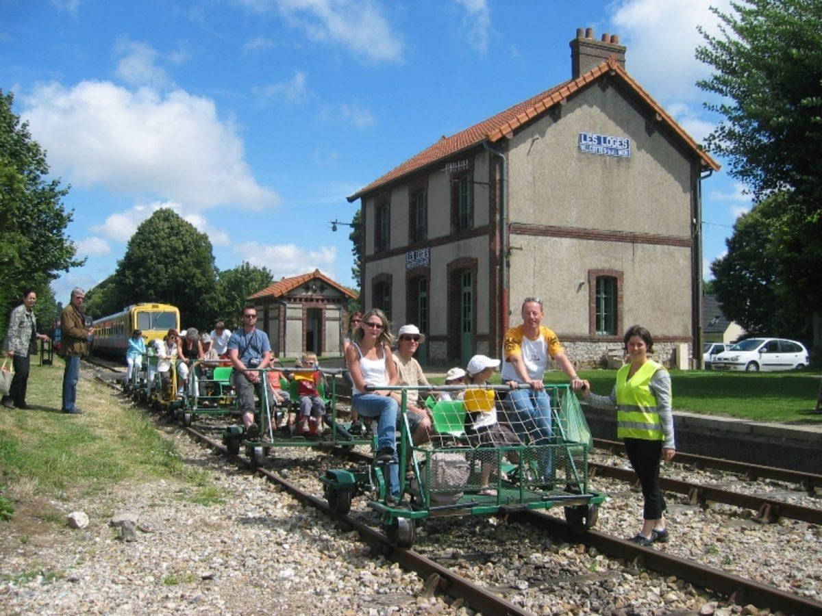 Départ en vélo-rail à la gare des Loges