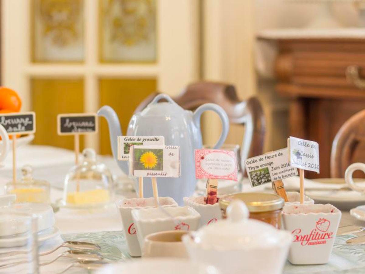 Petit-déjeuner avec confitures maison à la Biscoutie, chambre d'hôtes à Arromanches