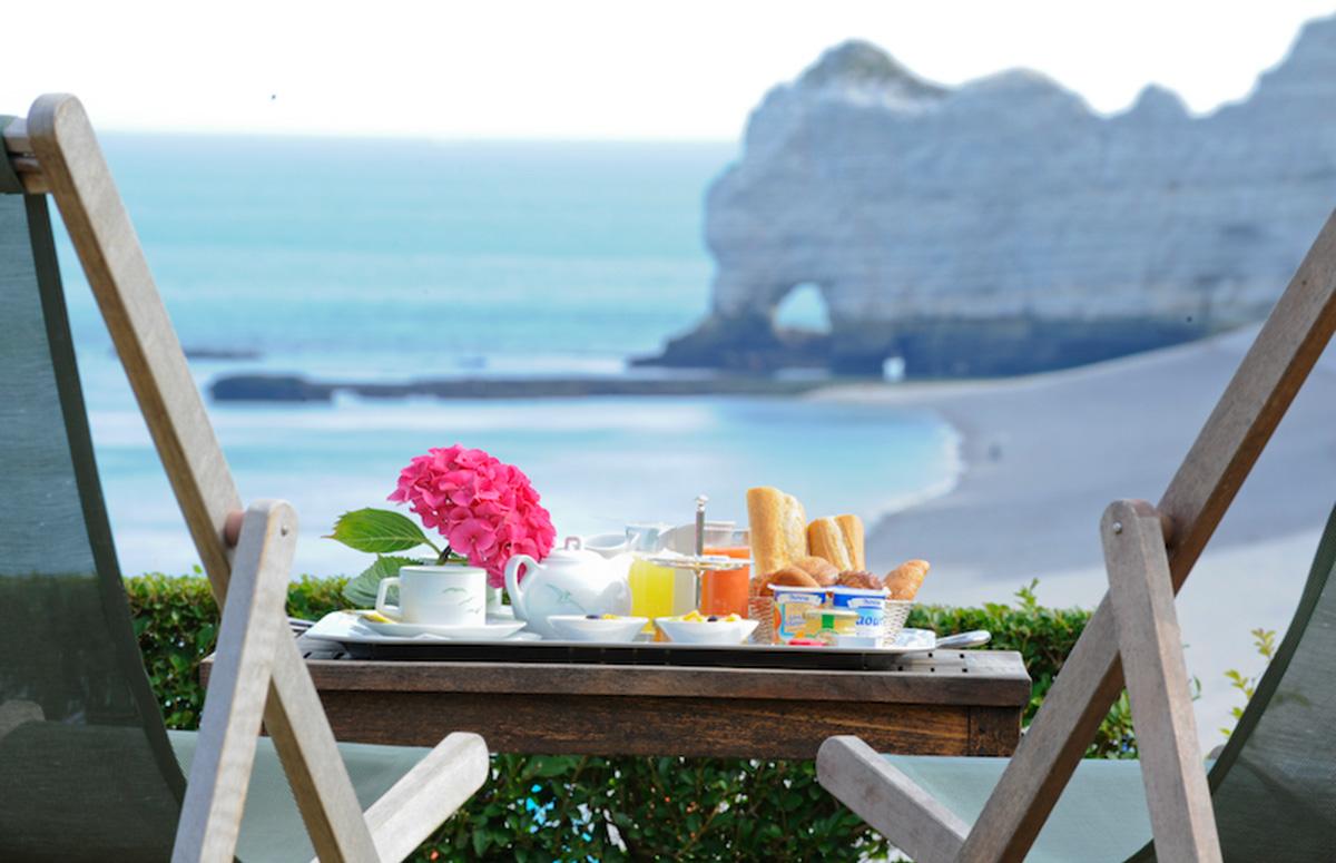 Petit déjeuner face à la mer à l'Hôtel le Dormy House à Etretat