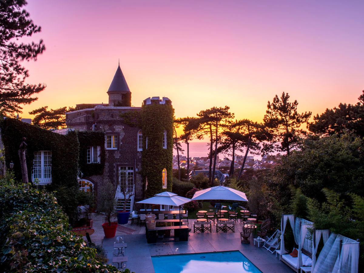 Hôtel Le Donjon à Etretat, chambres et piscine vue sur mer