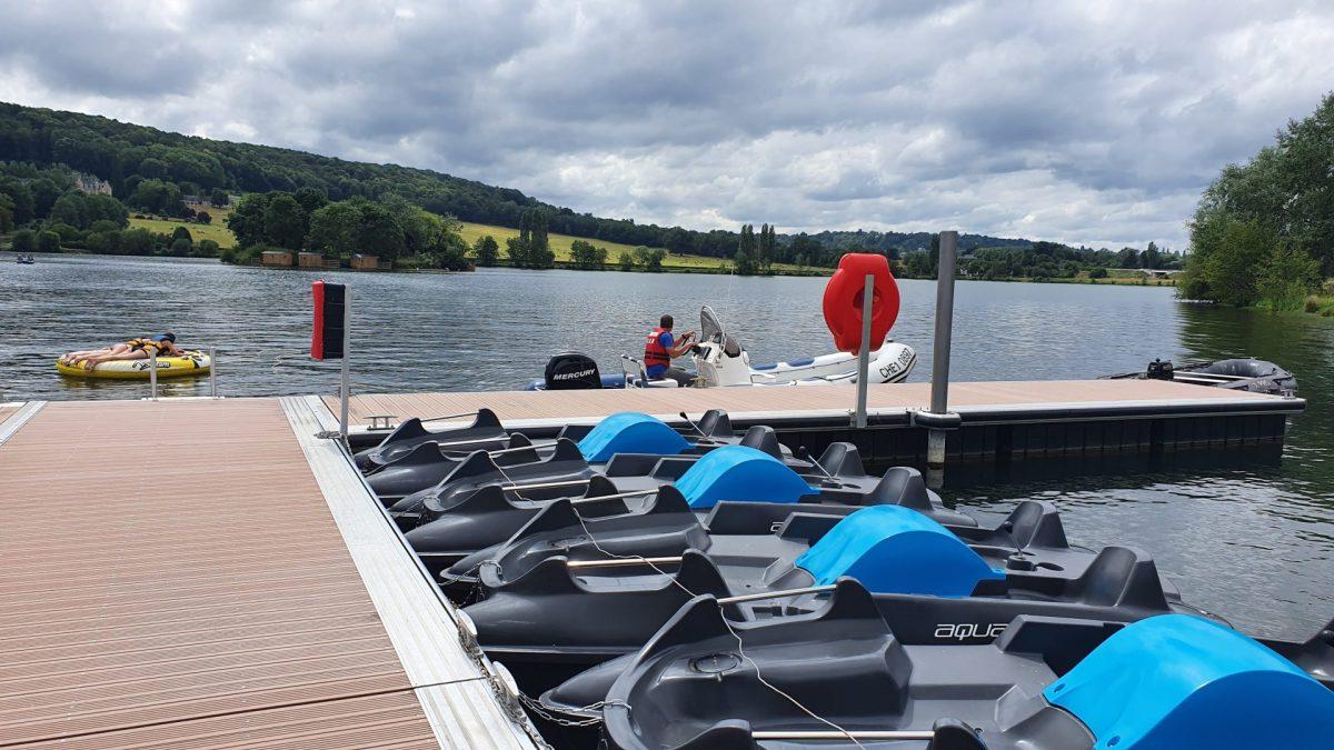 Pédalos et bouées sur le lac de Pont-l'Evêque