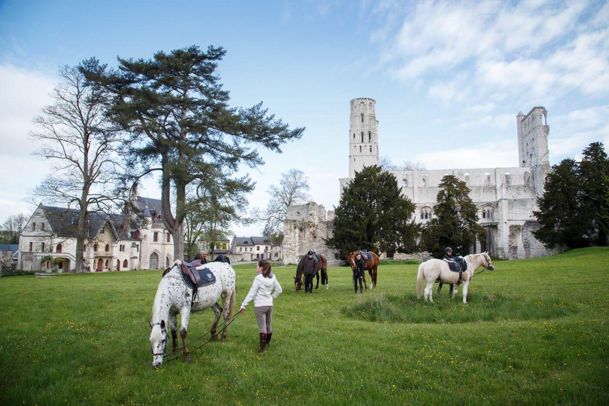 Devant l'Abbaye de Jumièges