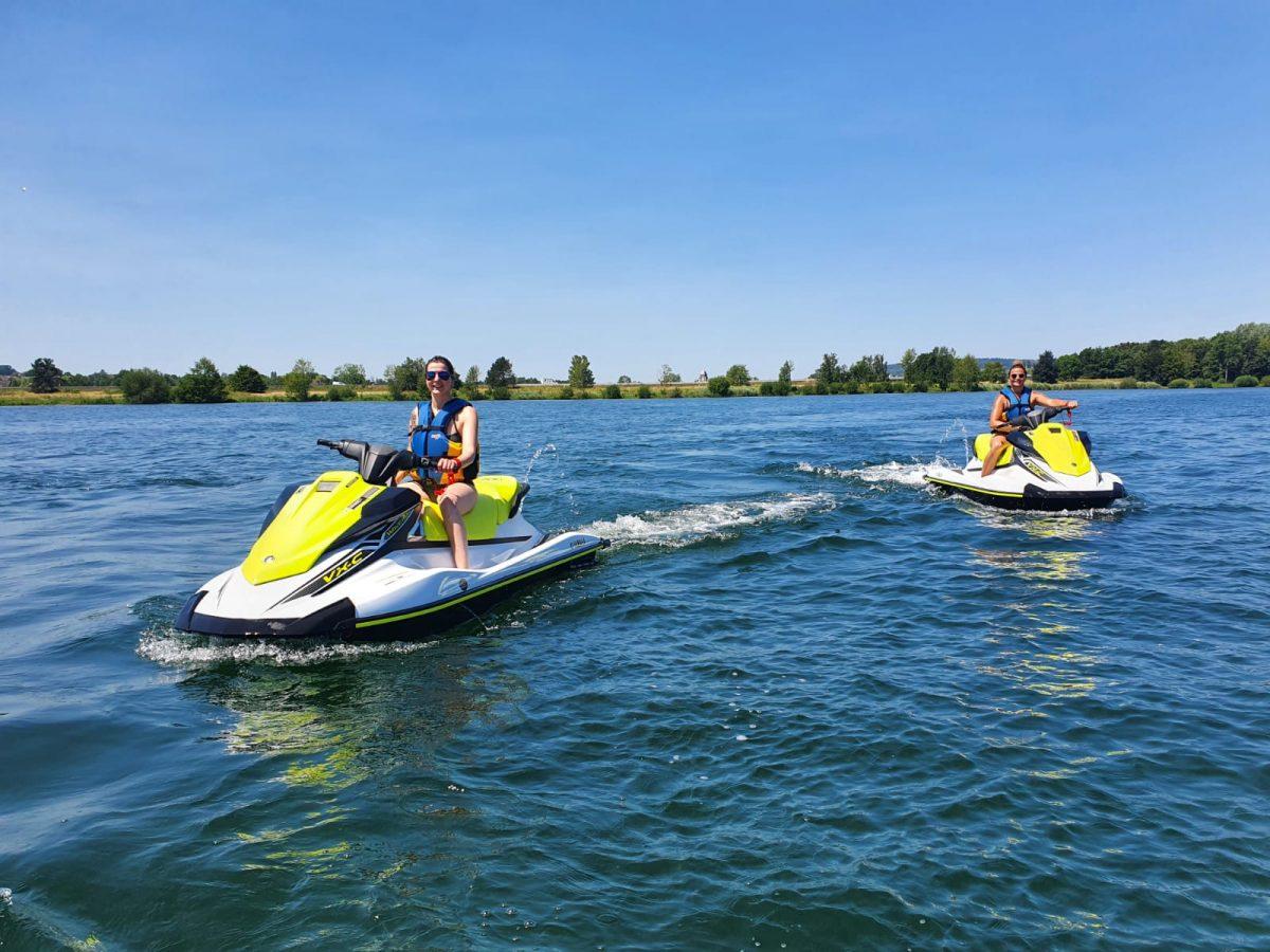 Scooters des mer sur le lac de Pont-l'Evêque