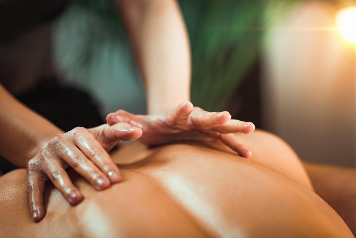 massage du dos expérience spa pom au Domaine de Villeray