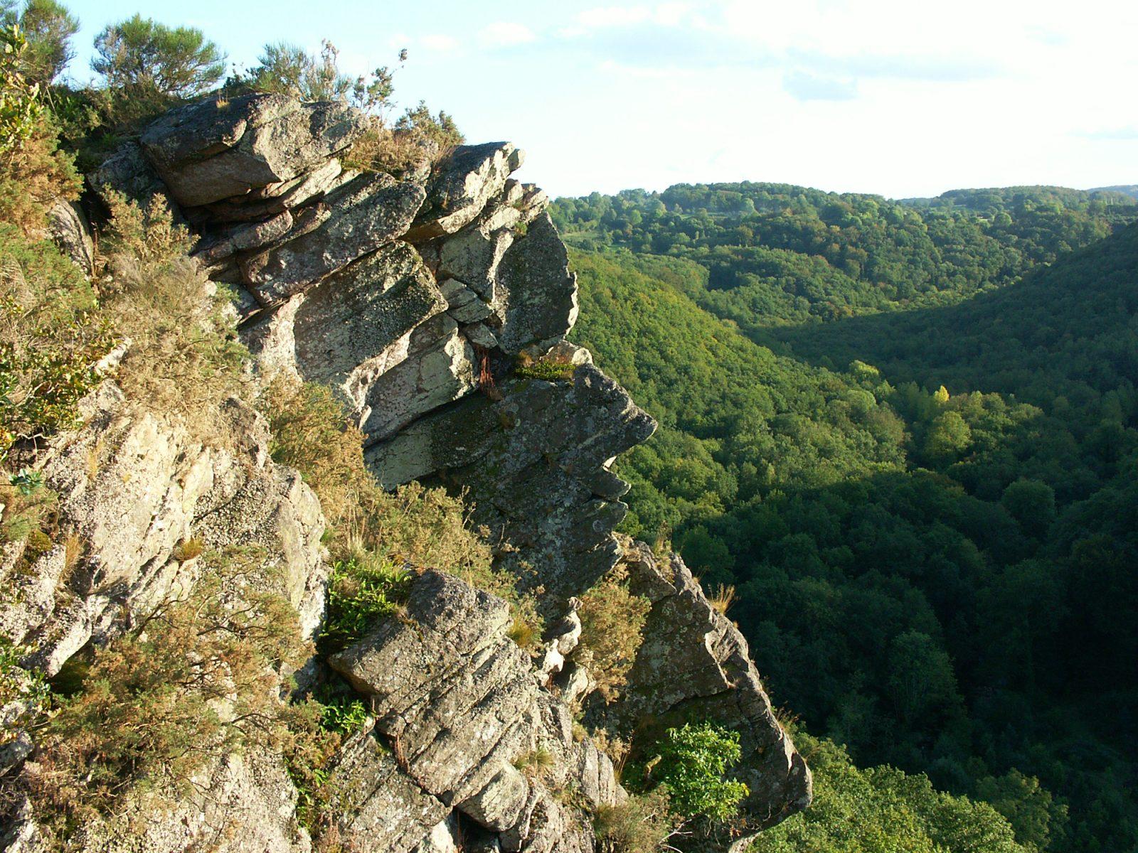 Des roches aux formes de visage à la Roche d'Oëtre