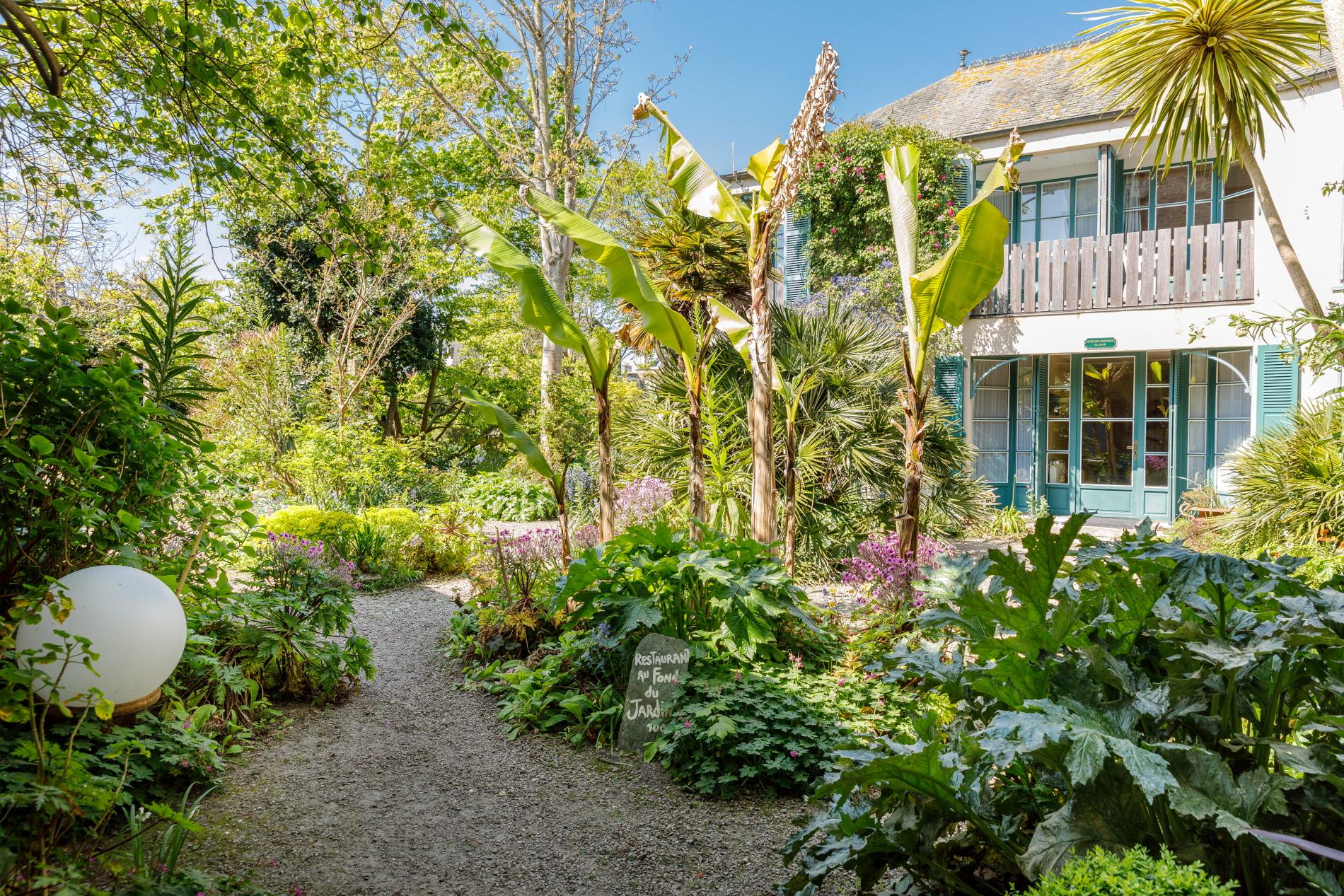 Le jardin de l'hotel de france et restaurant les fuchsias